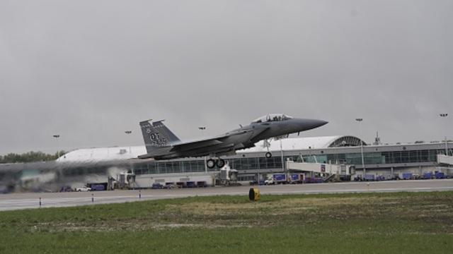 ニュース画像 1枚目:セントルイス・ランバート国際空港を離陸するF-15EXイーグルII