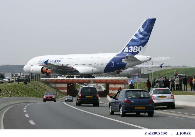 ニュース画像 1枚目:初飛行に向け滑走路に向かうA380