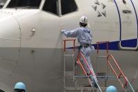 ニュース画像 4枚目:貼り付け前に機体をクリーニング