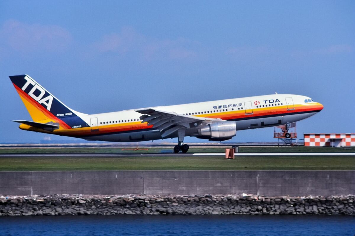 ニュース画像 6枚目:「東亜国内航空」のエアバスA300型 (パール大山さん撮影)