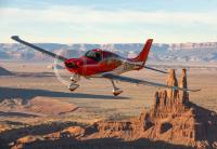 ニュース画像:航大も使用するSR22、空中衝突もパラシュートで軟着陸 死傷者無し
