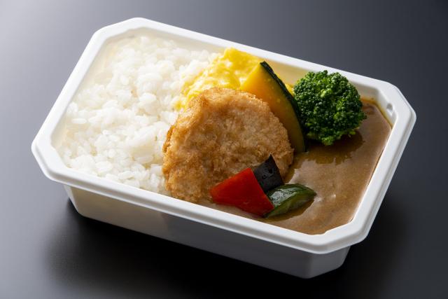 ニュース画像 1枚目:エコノミークラスで提供される大阪大黒ソースカレー