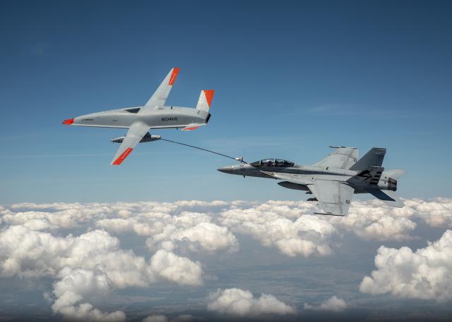 ニュース画像 1枚目:MQ-25スティングレイからF/A-18スーパーホーネットへ給油