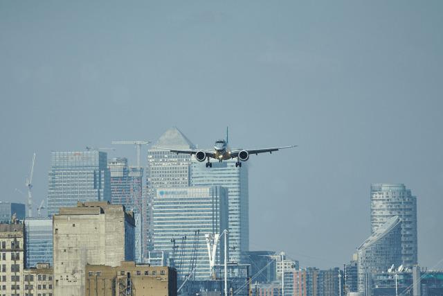 ニュース画像 1枚目:ロンドン・シティ空港へ着陸進入するエンブラエルE190-E2