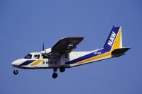 ニュース画像 6枚目:長崎航空の新塗装、アイランダー。赤系から青と黄に変更 「NAW」の略称はしっかりと尾翼に刻まれた (チャーリーマイクさん撮影)