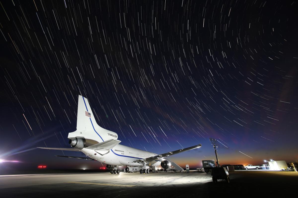 ニュース画像 2枚目:尾翼エンジンに「STARGAZER」と記されている