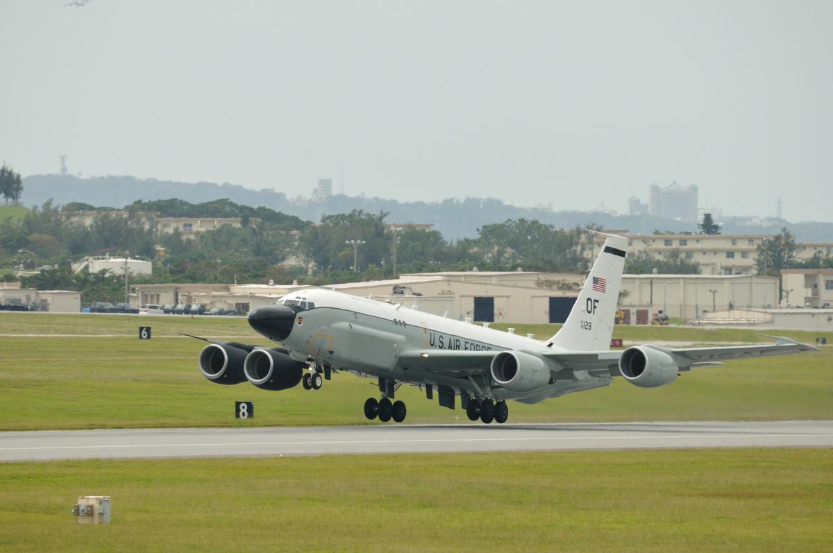 ニュース画像 4枚目:左右で異なる塗装が主翼、エンジンカウルに施されているRC-135Sコブラボール (ちゃっくさん撮影)