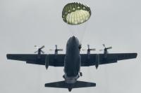 ニュース画像:第1空挺団、東富士演習場でアメリカ空軍機から降下訓練 7月20日〜22日