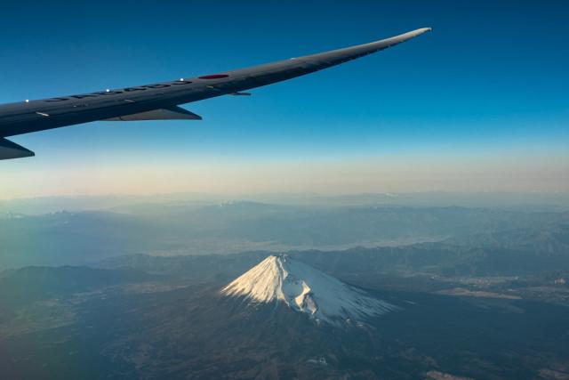 ニュース画像 4枚目:主翼とその下に見える富士山 (delawakaさん撮影)