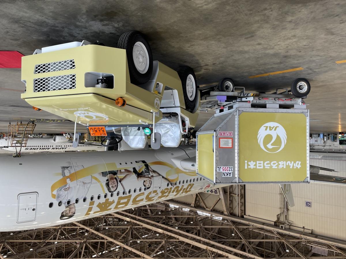 ニュース画像 4枚目:羽田での地上作業で使用される「みんなのJAL2020ジェット」のグランドハンドリング用車両