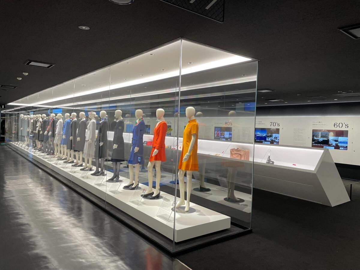 ニュース画像 3枚目:JAL工場見学スカイミュージアム 歴代制服の展示