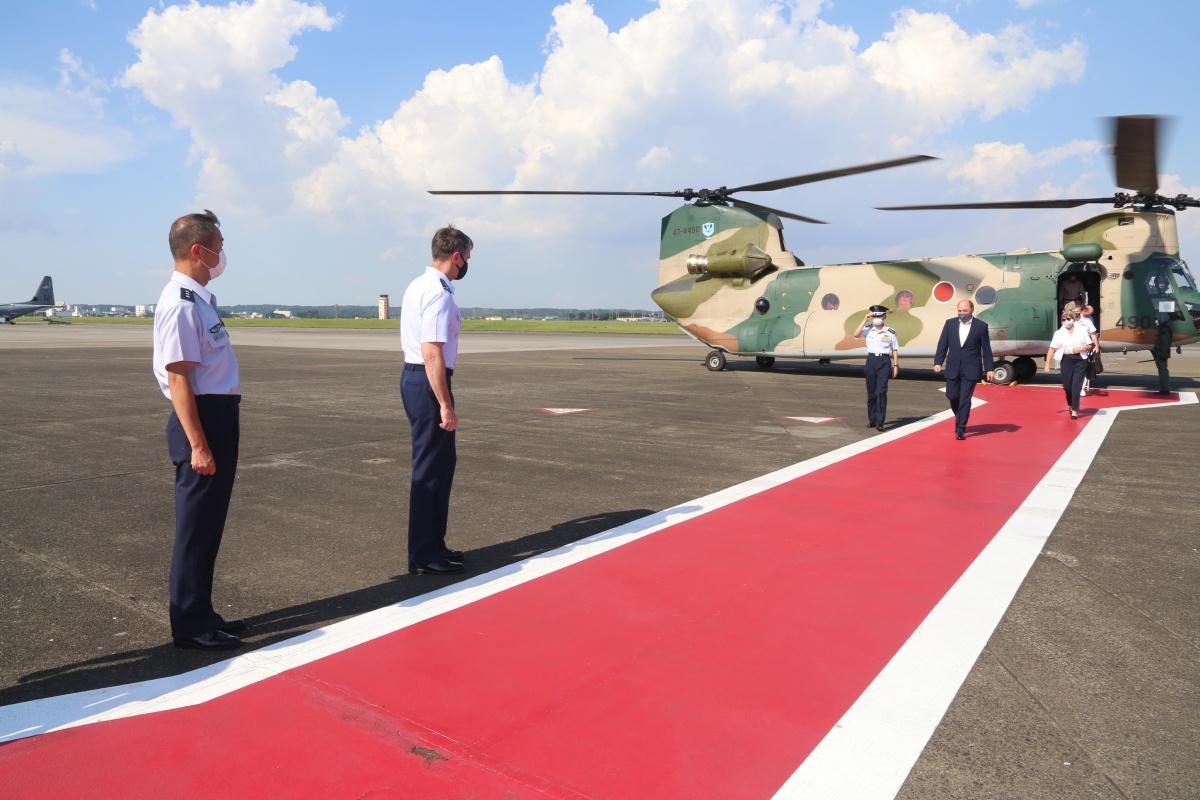 ニュース画像 1枚目:空自CH-47J/LRで横田基地に到着したウォレス国防相