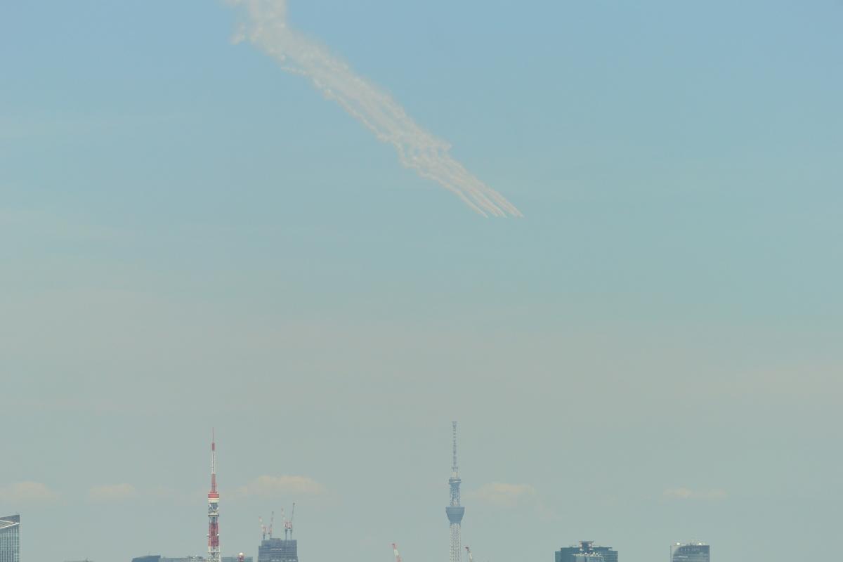 ニュース画像 1枚目:東京タワーの都心方面からスカイツリーのある下町方面へ向かうブルーインパルス