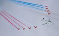 ニュース画像:イギリス空軍、ポセイドンMRA1とレッドアローズが初共演