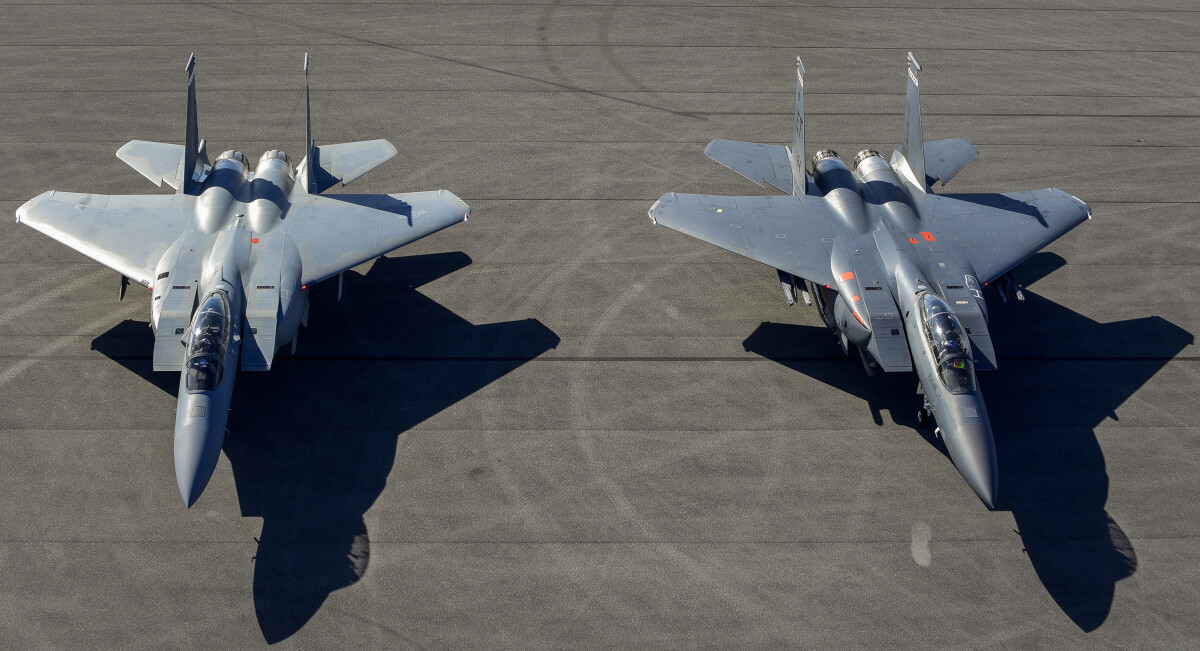 ニュース画像 2枚目:F-15で最新の派生系2機種。左がF-15EXイーグルII、右がF-15Eストライクイーグル