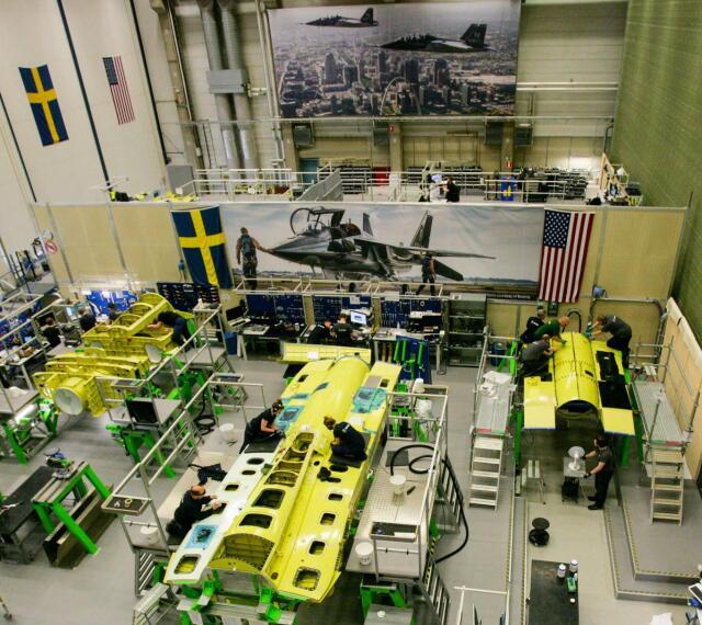 ニュース画像 1枚目:T-7Aレッドホークの後部胴体組み立てるサーブ工場