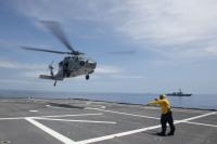 ニュース画像:第7艦隊、MH-60Sなど使い南シナ海で水上戦闘群による演習実施