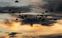 ニュース画像:米陸軍グリーンベレーと第1空挺団がグアムで共同空挺降下 陸自初の訓練