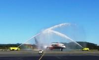 ニュース画像 1枚目:ゴールドコースト着の武漢線の初便はウォーターキャノンで出迎え