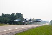 ニュース画像:A-10サンダーボルトIIとウルフハウンド、幹線道路に着陸