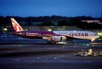 ニュース画像:カタール航空、777ワールドカップ特別塗装機 日本初飛来