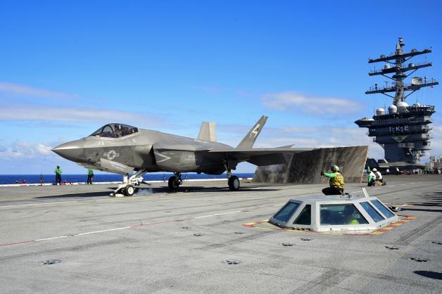 ニュース画像 1枚目:2015年10月3日、No.1カタパルトから射出されるF-35C