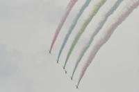 ニュース画像:ブルーインパルス、都心の曇り空でも鮮やかに赤、青、緑の3色スモーク!