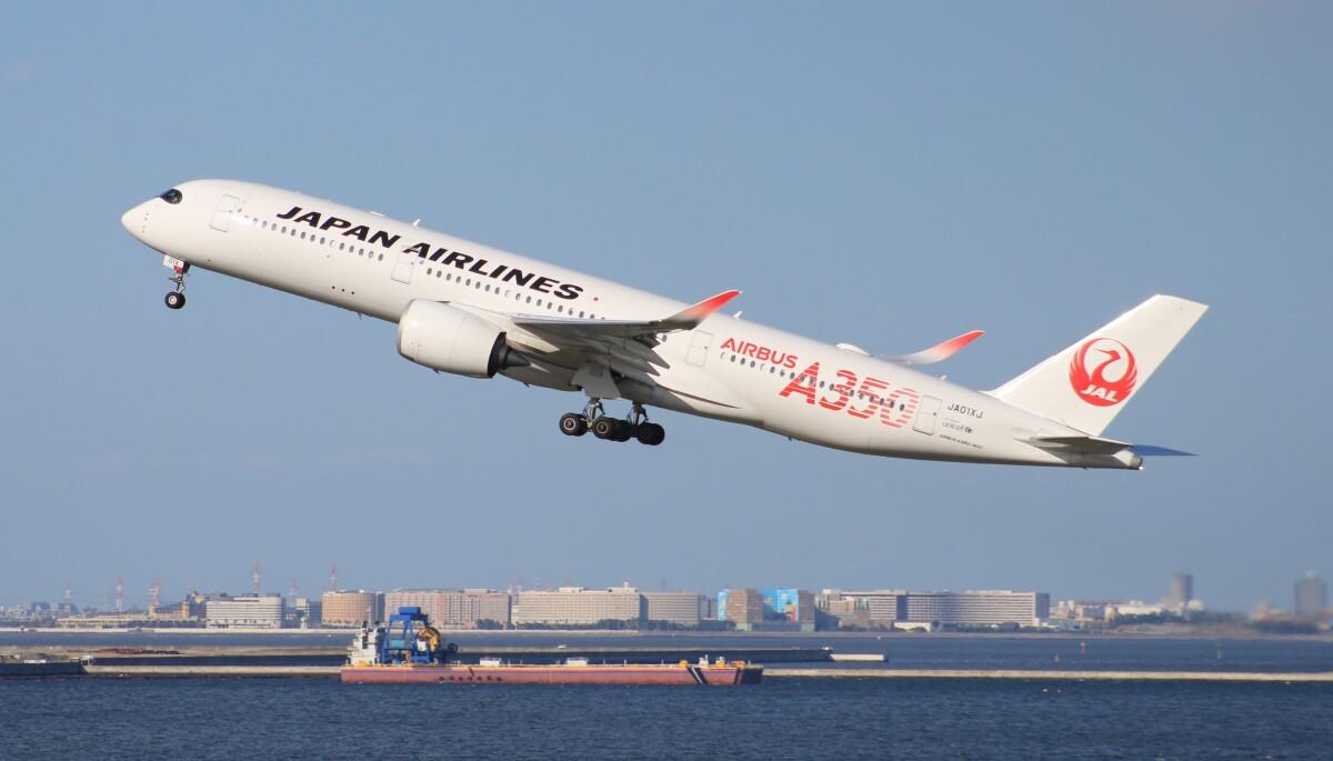 ニュース画像 1枚目:羽田から離陸するJAL A350初号機 (Rsaさん撮影)