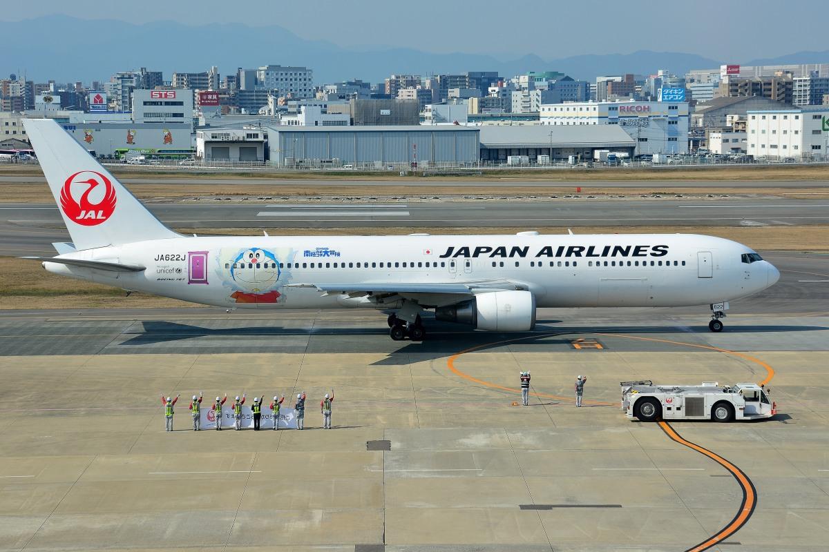 ニュース画像 1枚目:空港で見かけると笑顔になった人も多いはずのドラえもん特別塗装機 (syuさん撮影)