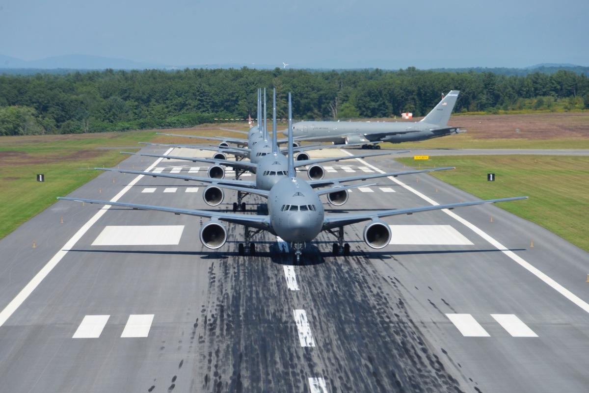 ニュース画像 1枚目:16エンドから滑走路に優雅に進入するKC-46A