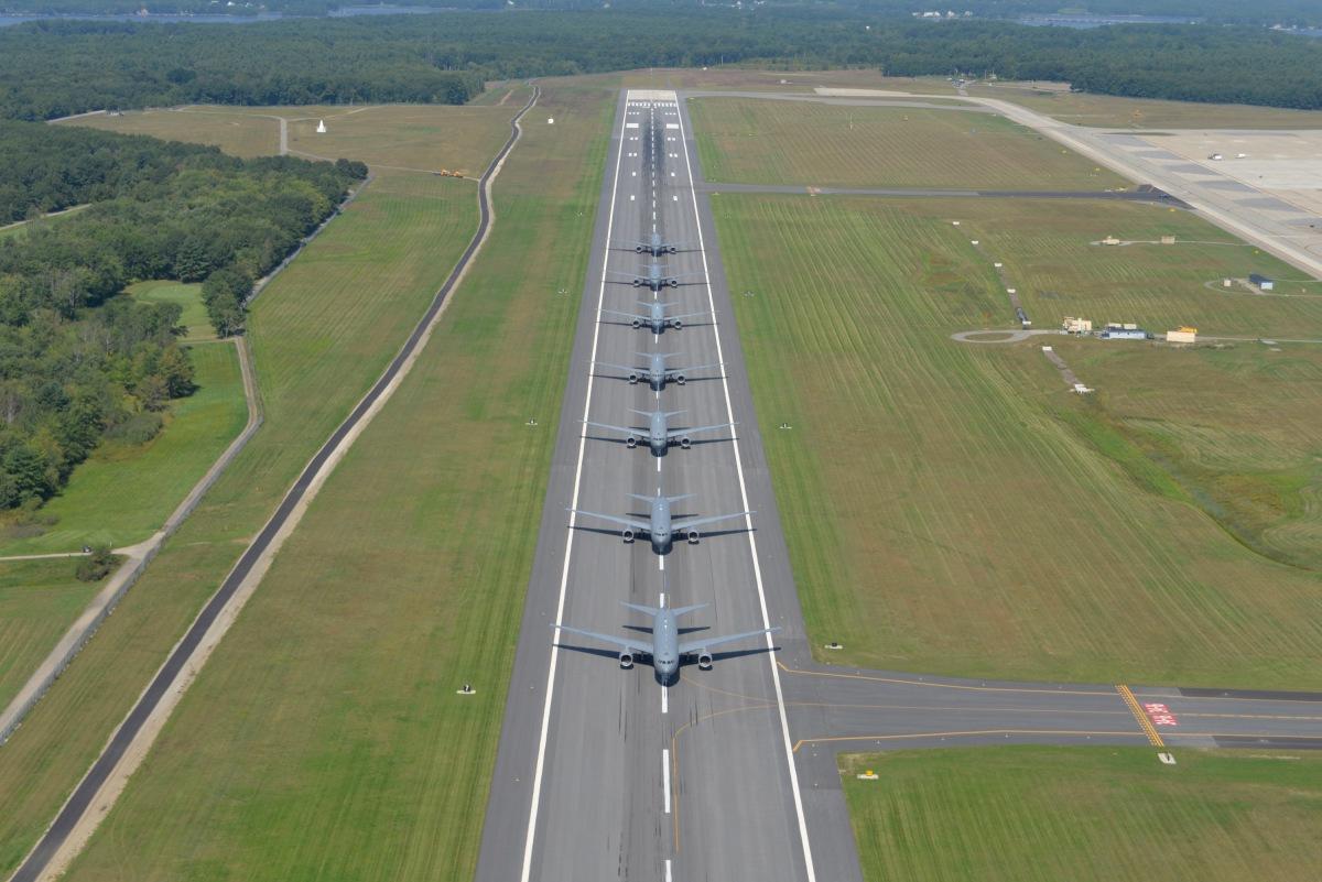 ニュース画像 2枚目:7機のKC-46Aが滑走路をタキシング