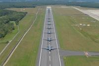 ニュース画像 3枚目:7機のKC-46Aが滑走路をタキシング
