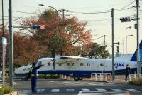 ニュース画像 2枚目:JAXA格納庫と調布飛行場の間の一般道横断は名物だった (だびでさん、2018年撮影)
