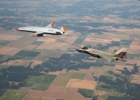 ニュース画像:無人機MQ-25スティングレイ、F-35Cに空中給油 年末の空母試験に向け準備