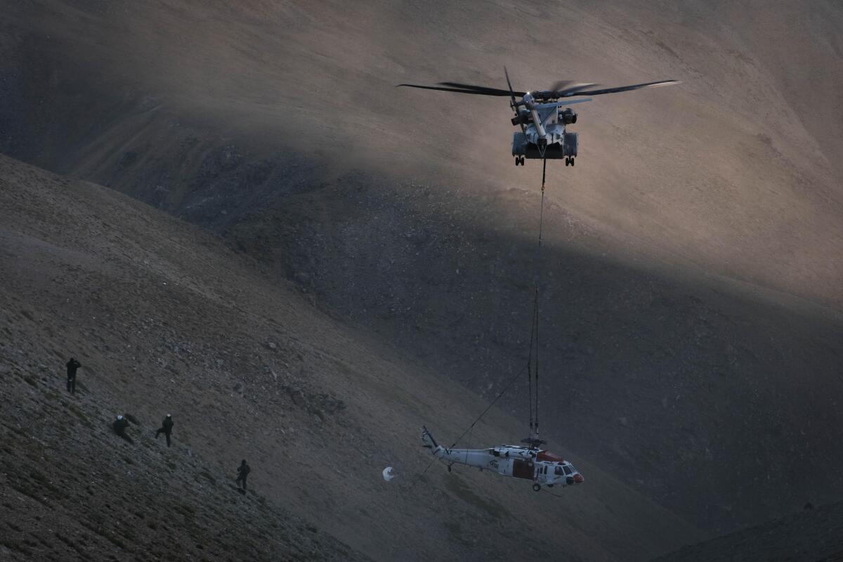 ニュース画像 1枚目:ホギュ山の渓谷からMH-60Sナイトホークを吊り下げ近隣の飛行場へ輸送