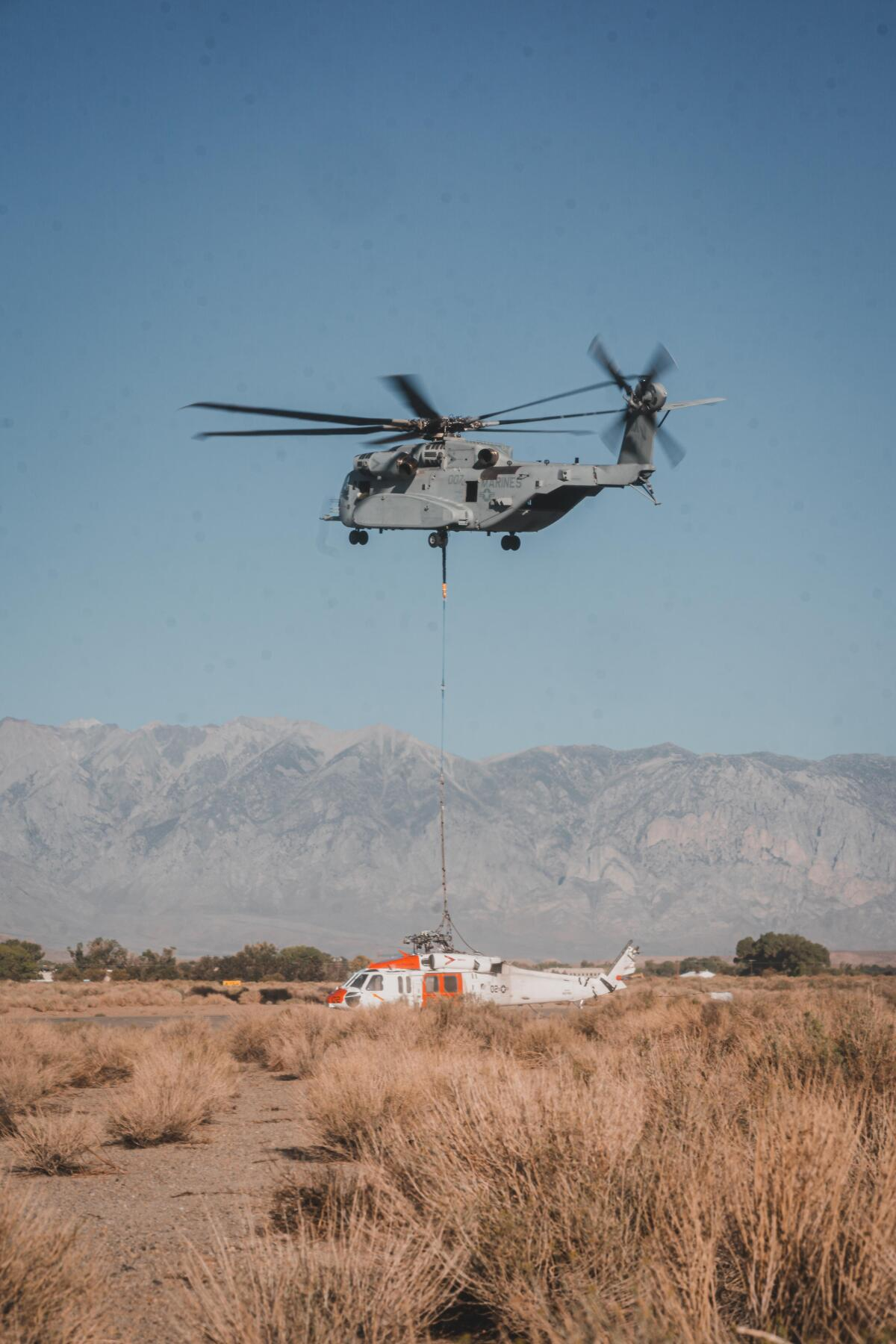 ニュース画像 1枚目:近隣のビショップまでMH-60Sを輸送したCH-53K