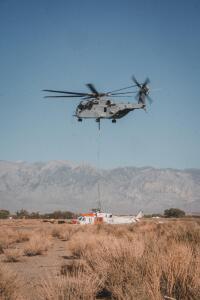 ニュース画像 2枚目:近隣のビショップまでMH-60Sを輸送したCH-53K