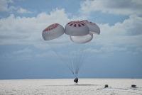 ニュース画像:クルードラゴン、宇宙旅行から帰還 世界初の民間人による軌道周回