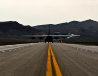 ニュース画像:C-130Jスーパーハーキュリーズ、幹線道路に着陸