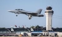 ニュース画像:アメリカ海軍、F/A-18ブロックIIIスーパーホーネット量産初号機を受領