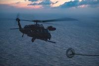 ニュース画像:アメリカ空軍、空自救難隊UH-60Jと夜間の空中給油訓練