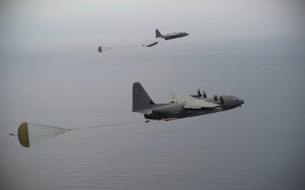 ニュース画像 1枚目:MCADSを投下するMC-130JコマンドウII(手前)とMC-130Hコンバットタロン