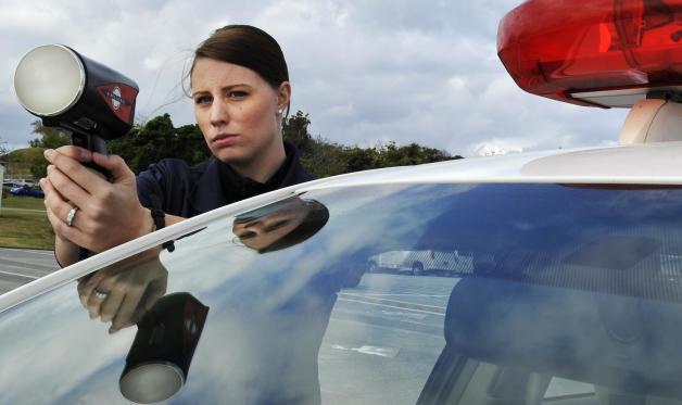 ニュース画像 1枚目:スピード違反摘発のためレーダーガンをかまえるサラ・オズワルド上等兵。