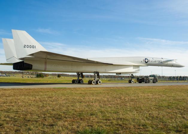 ニュース画像 1枚目:トーイングされるノースアメリカンXB-70バルキリー
