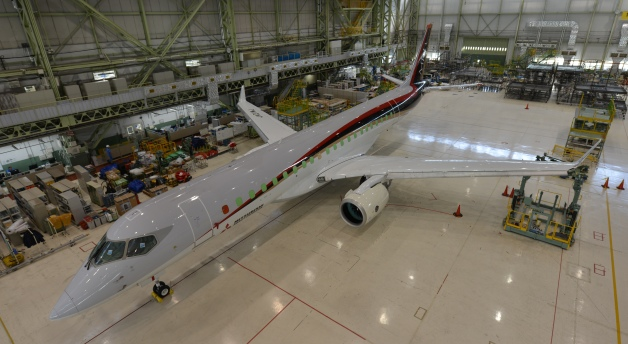 ニュース画像 1枚目:エンジン搭載が完了したMRJ90、「JA21MJ」