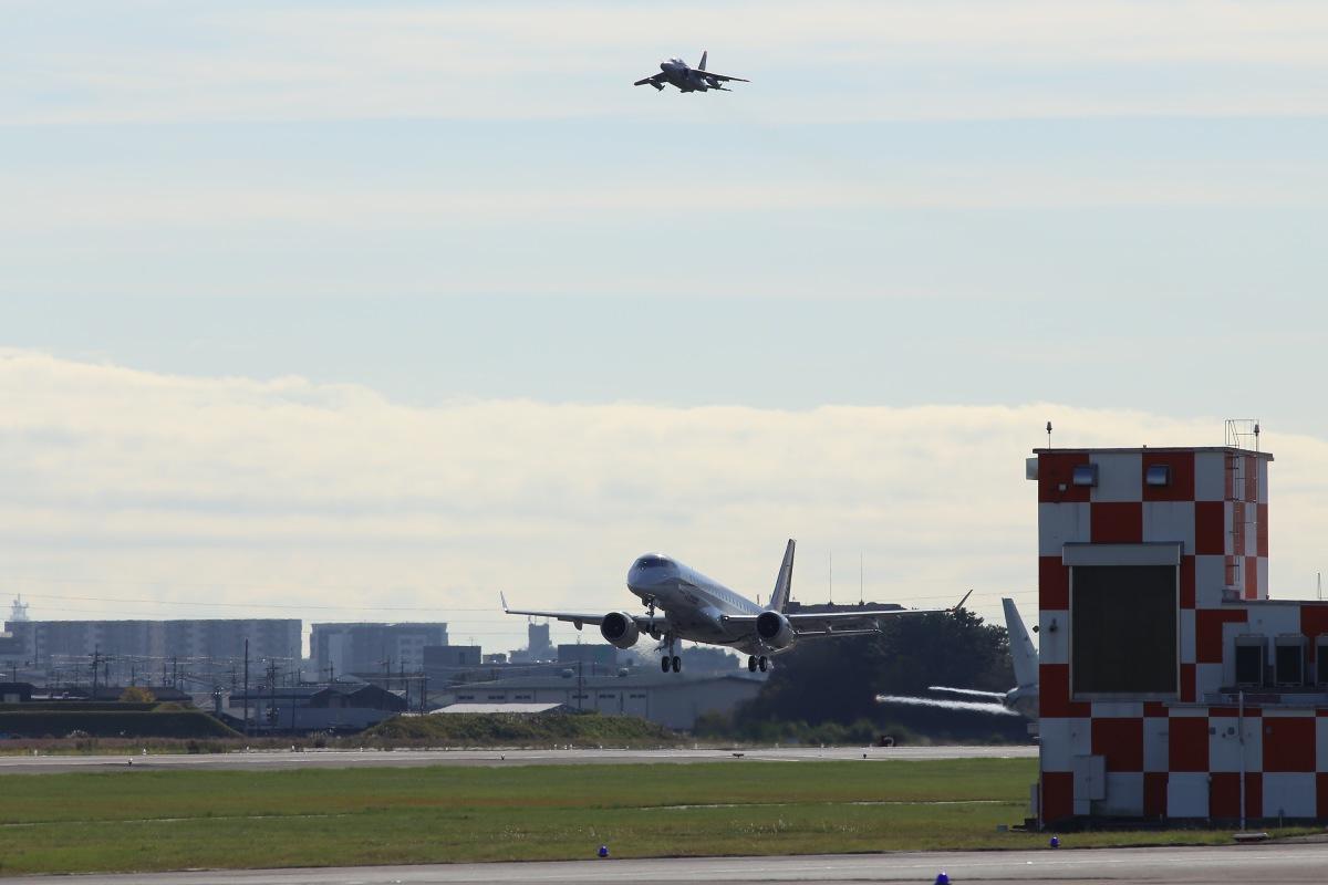 ニュース画像 1枚目:チェースプレーンのT-4と離陸するMRJ