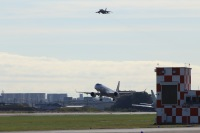 ニュース画像:MRJ、離陸! オール・ジャパンで初飛行をサポート
