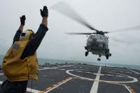 ニュース画像 1枚目:USSフォートワースを離艦するMH-60Rシーホーク。