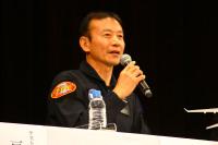 ニュース画像 2枚目:会見で質問に回答する、テストパイロットを務めた安村機長