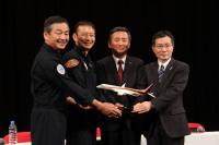 ニュース画像 4枚目:左から戸田副機長、安村機長、森本社長、岸副社長